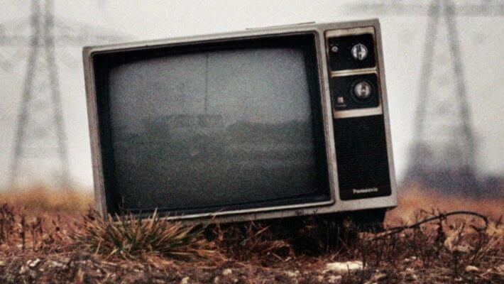 Televisão antiga abandonada