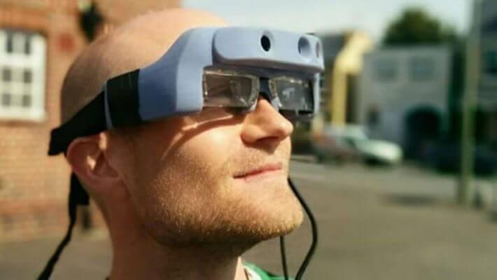 Um homem utilizando óculos inteligentes