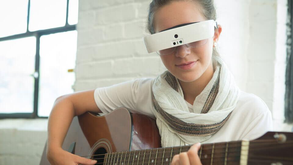 6de1bfd4a6cd4 Óculos permite que pessoas com baixa visão enxerguem novamente   O AMPLIADOR  de ideias
