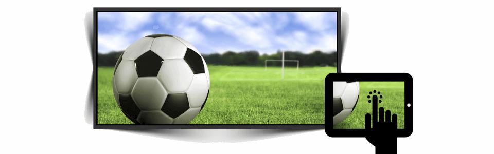Em segundo plano o slide da bola de futebol; em primeiro plano aparece uma mão segurando o tablet com a mesma imagem do slide