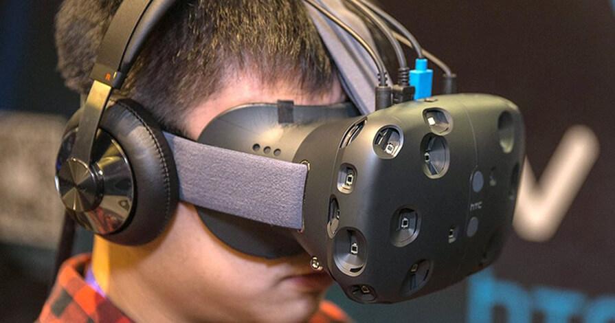 uma pessoa usando um óculos de realidade virtual