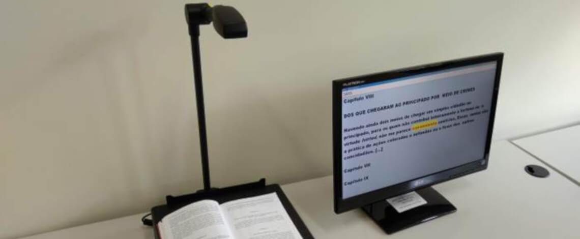 Vídeoampliador de mesa lendo em voz alta um documento