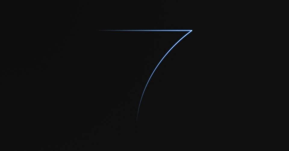 Em fundo preto, número sete estilizado em tons de azul e roxo