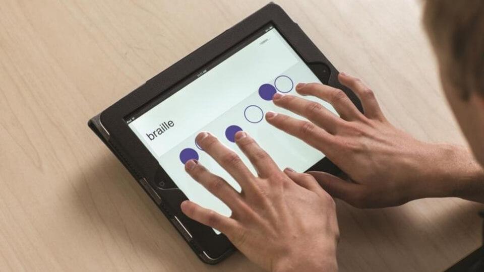 Um homem utilizando o aplicativo iBrailler Notes