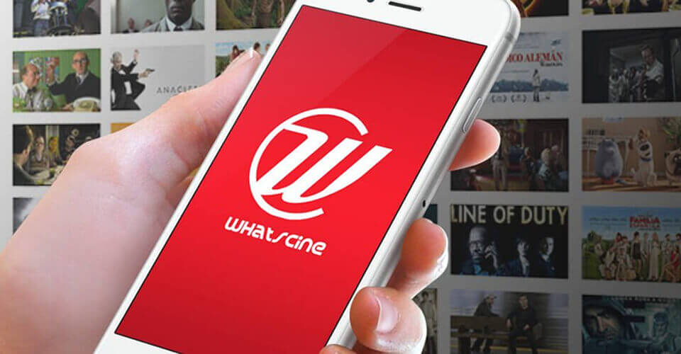 Não segurando um celular com o logotipo do aplicatovo Whatscine