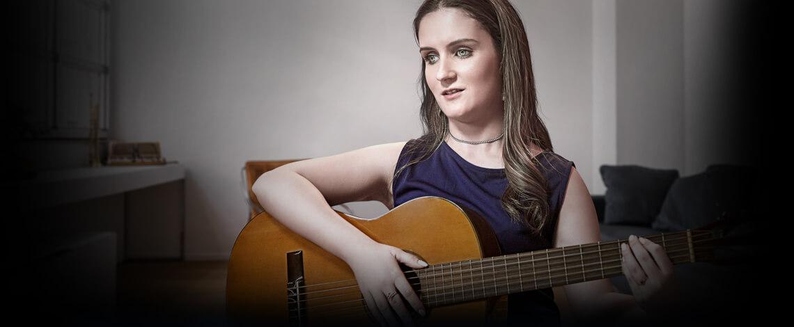 Mulher tocando violão