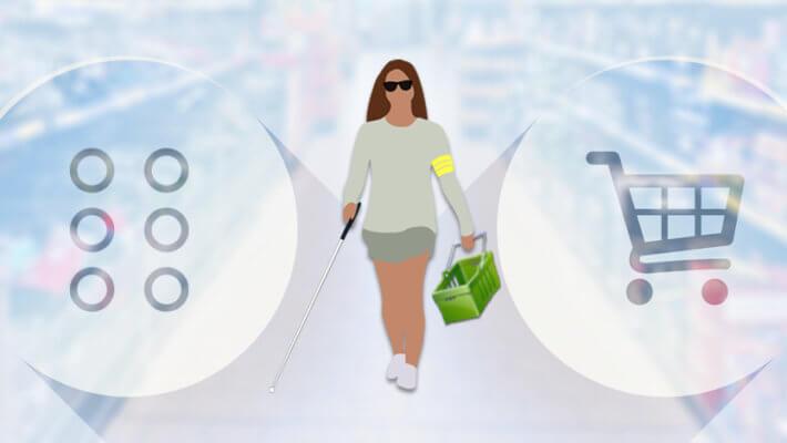 Mulher com deficiência visual andando em um corredor de loja, na mão esquerda cesto de compras e na mão direita segura sua bengala