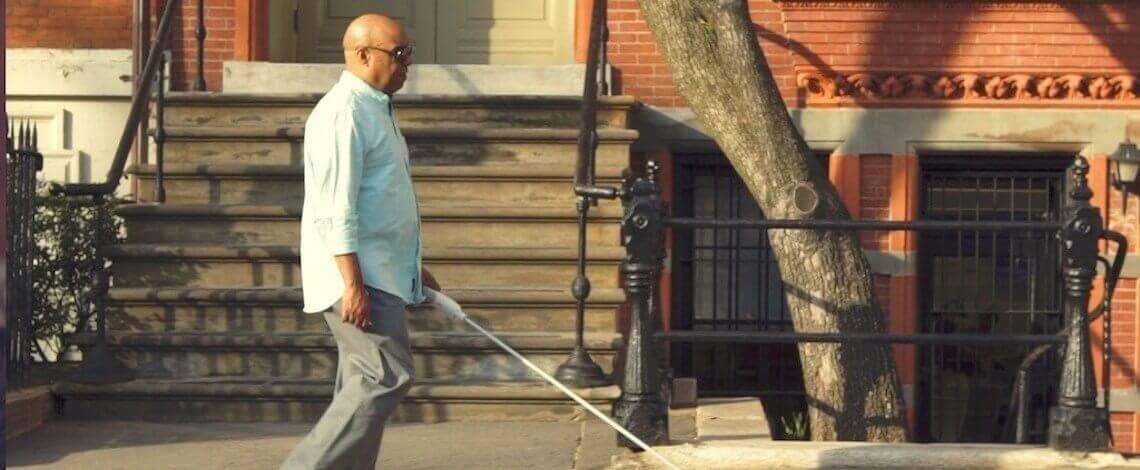 Homem cego caminhando com a bengala inteligente WeWalk
