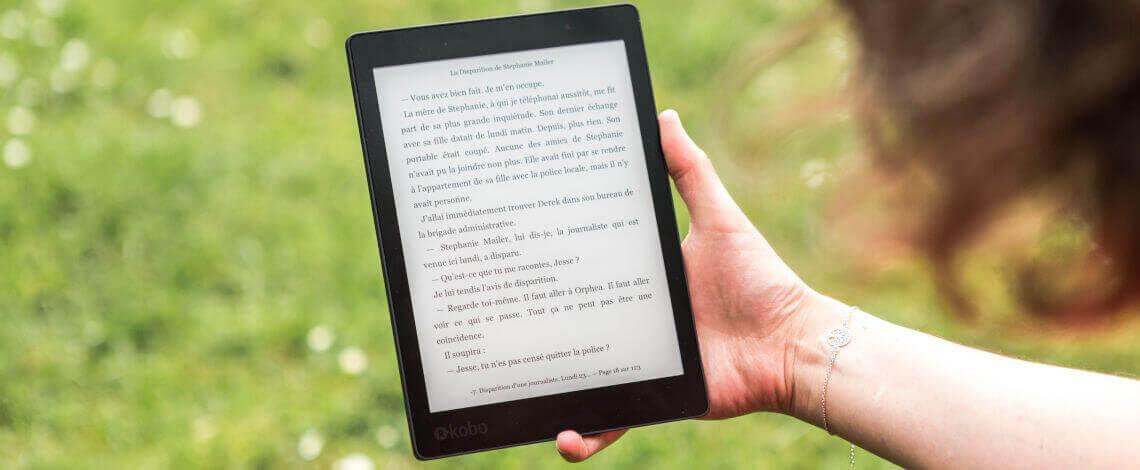 Detalhe de mão lendo um livro digital em um tablet
